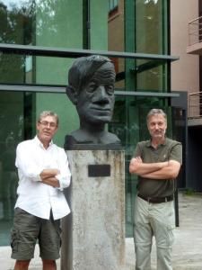Joao Bosco Pesquero and Michael Bader standing next to a statue of Max Delbrück.